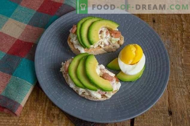 Toasts de petit déjeuner avec salade d'avocat et d'œufs