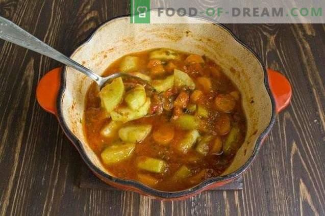 Тиквички со моркови, задушени во сос од зеленчук, за зима