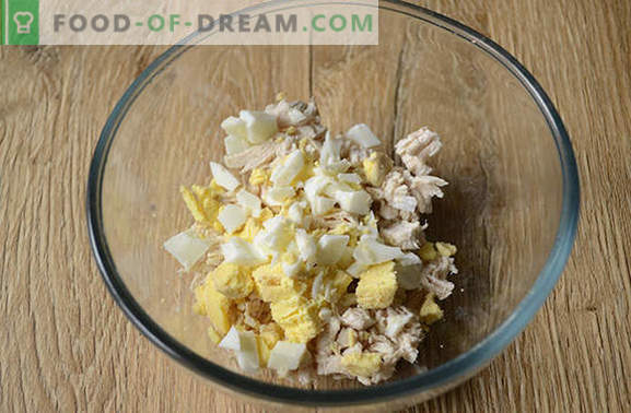Салата со печурки и пилешко: предјадење и целосно главно јадење. Чекор-по-чекор фото-рецепт за срдечна салата од пилешко филе, печурки и сирење