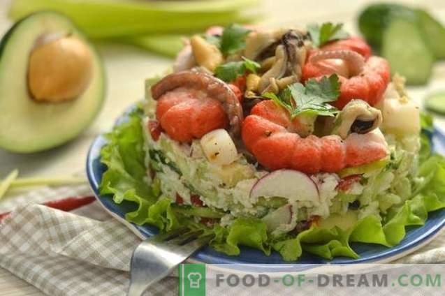 Салата со морска храна со авокадо, краставица и јајца