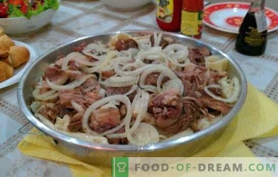 Домашен бежбармак - јадење на турски народи. Beshbarmak дома со јагнешко месо, еребица, Турција, свинско месо