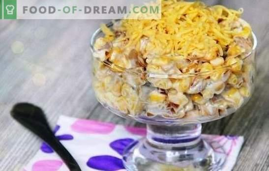Многу лесни и прифатливи рецепти за салати со сирење и пченка. Што друго да додадете во салати со сирење и пченка
